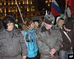 支持普京和梅德韦杰夫的学生在莫斯科参加集会