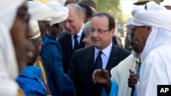 Fransoa Oland pozdravlja građane Malija tokom posete Timbuktuu