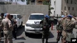 Tim pemantau PBB mengunjungi desa Tremseh di Suriah, tempat pembunuhan massal yang dilaporkan para aktivis oposisi (14/7).