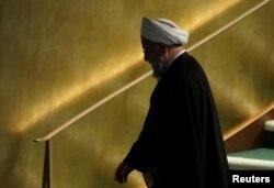 하산 로하니 이란 대통령이 24일 뉴욕 유엔본부에서 열린 '넬슨 만델라 평화 정상회의'에서 연설한 후 회의장을 떠나고 있다.