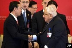 2016年3月20日,中共中央政治局常委张高丽在北京与美国前国务卿基辛格博士握手。