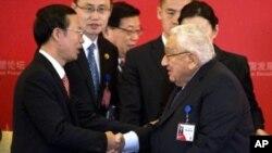 2016年3月20日,美国前国务卿基辛格博士在北京与中共中央常委张高丽握手。