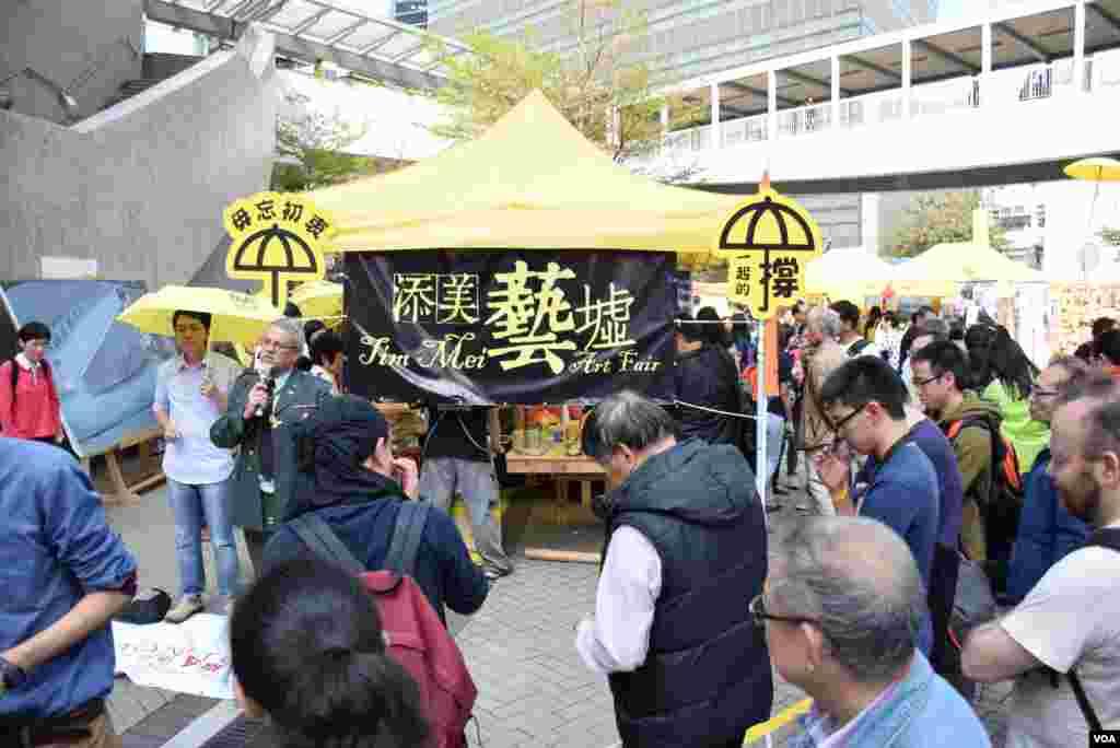 添美藝墟分享會,有參與雨傘運動的美籍牧師分享對香港政治前景的看法。(美國之音湯惠芸拍攝)
