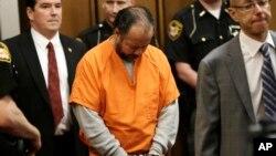 Ariel Castro (tengah) saat tampil di pengadilan di kota Cleveland, negara bagian Ohio hari Rabu (12/6).