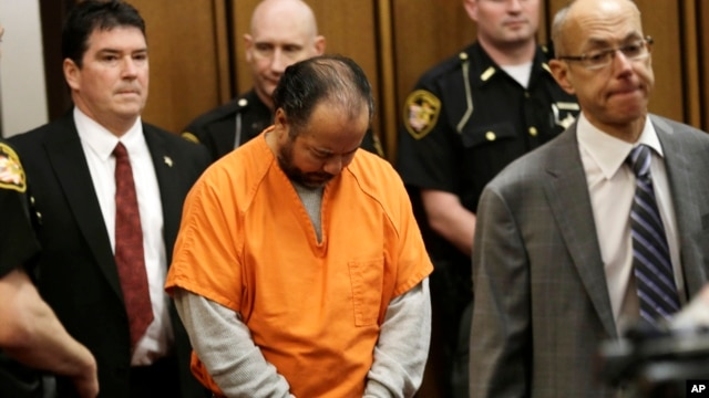 Ariel Castro (C) enters the courtroom for his arraignment in Cleveland, Ohio, June 12, 2013.