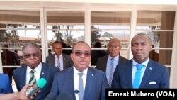 Le gouverneur Theo Ngwabidge devant les journalistes, dans le Sud-Kivu, le 16 août 2019. (VOA/Ernest Muhero)