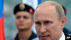 Según reporte del Pentágono que analizó las expresiones y los movimientos de su rostro en videos, expertos militares concluyeron que el desarrollo neurológico de Putin fue perturbado durante su infancia, dando la impresión de un desequilibrio físico y de sentirse incómodo en presencia de otras personas.
