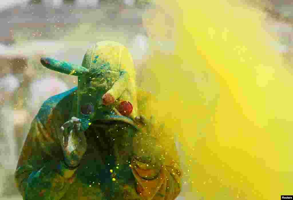 អ្នកចូលរួមម្នាក់ប្រឡាក់ទៅដោយម្ស៉ៅពណ៌ក្នុងកម្មពិធី Colour Run ក្នុងក្រុង Kyiv ប្រទេសអ៊ុយក្រែន។