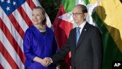 Menlu AS Hillary Clinton saat bertemu Presiden Burma Thein Sein pada KTT ASEAN di Kamboja (foto: dok). Presiden Thein Sein berencana menghadiri Sidang Umum PBB di New York bulan depan.