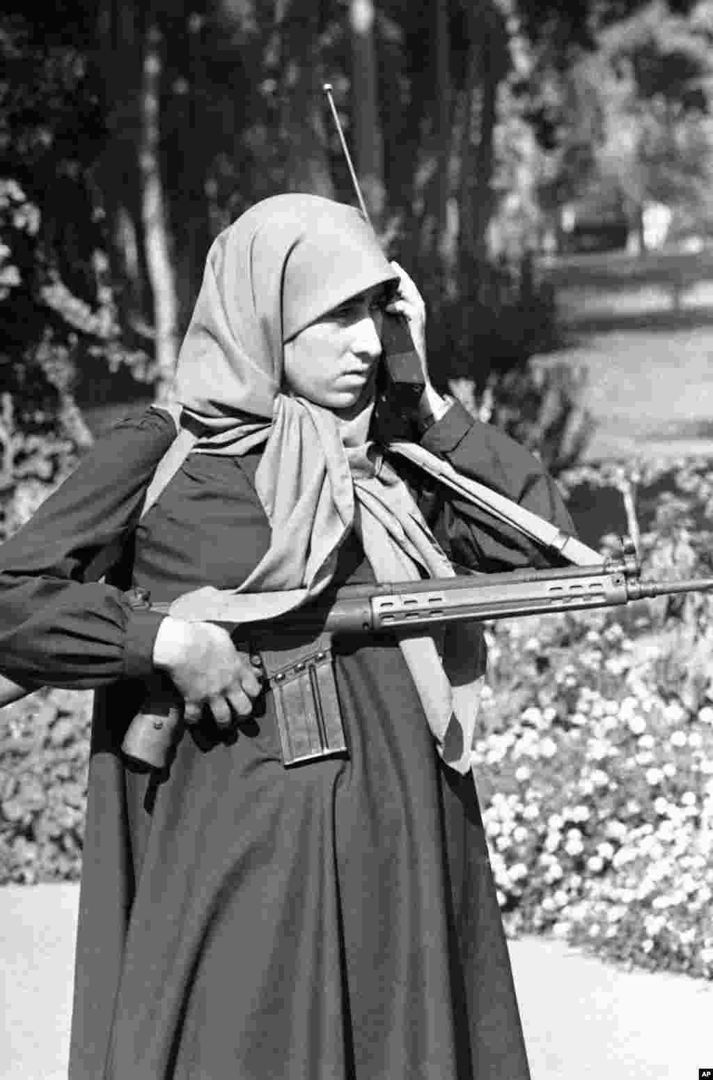 امروز در تاریخ: سال ۱۳۵۸ - یک گارد امنیت بیرون سفارت آمریکا گشت زنی میکند. دانشجویان ایرانی کارمند های آمریکای سفارت را به گروگان گرفته بودند.