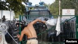 Madjarska policija upotrebila je suzavac i vodene topove na migrante sa srpske strane granice blizu Reskea, 16. septembra 2015.