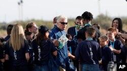 លោក Richard Branson (ពាក់វ៉ែនតាខ្មៅ) ប្រធានក្រុមហ៊ុនអាកាសចរណ៍អាមេរិក Virgin Galactic ធ្វើដំណើរទៅកាន់អវកាសដោយជិះយានអវកាសផ្ទាល់ខ្លួនរបស់លោក ពីរដ្ឋ New Mexico សហរដ្ឋអាមេរិក ថ្ងៃទី១១ ខែកក្កដា ឆ្នាំ២០២១។