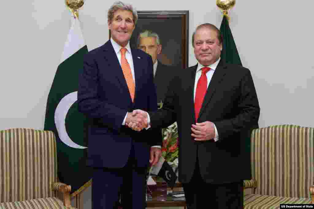 امریکی وزیر خارجہ جان کیری کے جنوری میں دورہ پاکستان کے موقع پر وزیر اعظم نواز شریف سے ہاتھ ملا رہے ہیں۔