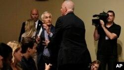 Jorge Ramos es sacado del recinto durante se desarrollaba la conferencia de prensa con Donald Trump.