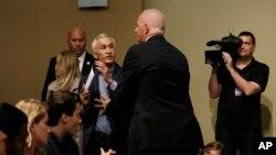 Un agent de sécurité de Donald Trump fait sortir Jorge Ramos d'une conférence de presse du candidat dans l'Iowa (25 août 2015)