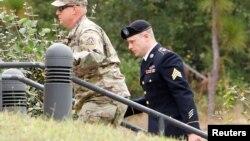 보 버그달 병장(오른쪽)이 17일 미국 노스캐롤라이나주 포트 브래그 군사법원에 출석하고 있다.