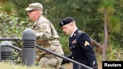 Çavuş Bergdahl (sağda) Kuzey Carolina'daki Fort Bragg askeri üssünde mahkemeye götürülürken
