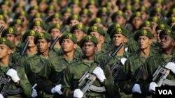 Las tropas desfilaron con paso marcial ante la tribuna en la que estaba Castro vestido de general.