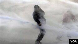 La policía usó cañones de agua para dispersar a los manifestantes que protestan en Bruselas el comienzo de la Cumbre.