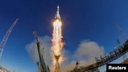 11일 카자흐스탄 바이코누르 우주기지에서 미국인과 러시안 2명을 태운 '소유스 MS-10' 우주선이 발사되고 있다.