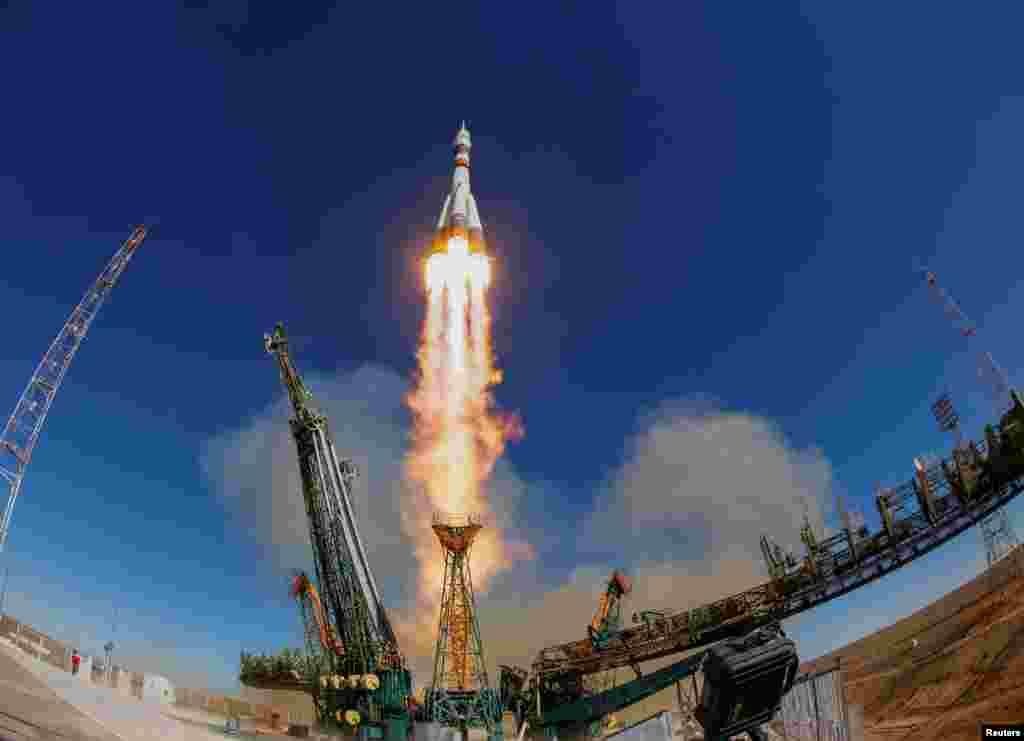 카자흐스탄 바이코누르 우주기지에서 미국인과 러시안 2명을 태운 '소유스 MS-10' 우주선이 발사되고 있다. 이날 발사된 소유스가 엔진고장으로 추락한 가운데 우주선에 탑승했던 러시아와 미국 우주인 2명은 비상착륙을 시도해 모두 무사한 것으로 전해졌다.