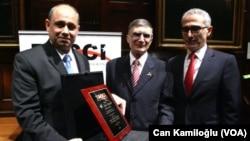 Ali Koçak Aziz Sancar'a TACCI adına ödül veriyor.