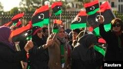 利比亞婦女搖旗慶祝卡扎菲下台兩週年