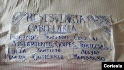 """Papel donde reclusas de """"La Esperanza"""" exponen sus demandas para acabar con la huelga. Foto: Cortesía."""
