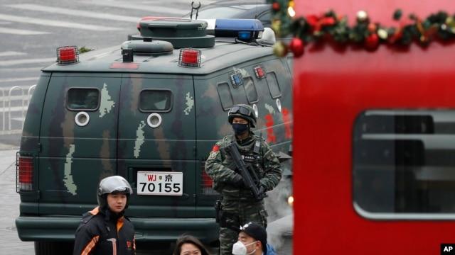 守卫在北京三里屯的武警。(2015年12月27日)
