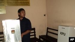 Seorang anggota kelompok radikal tahanan Polresta Solo, Khuzaimah, nyoblos di ruang tahanan Polresta Solo, Rabu, 9 April 2014 (VOA/Yudha)
