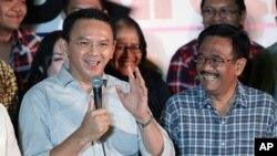 "Gubernur Jakarta Basuki ""Ahok"" Tjahaja Purnama, didampingi wakilnya Djarot Saiful Hidayat dalam konferensi pers di Jakarta, Rabu, 17 April 2017. (AP Photo/Dita Alangkara)"
