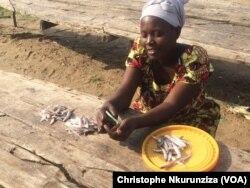 Une mère de famille qui vit de la cuisine des poissons pêchés dans le lac (VOA/ Christophe Nkurunziza)