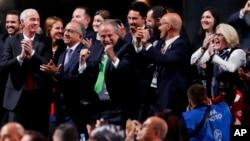 加拿大、墨西哥和美国代表团13号在莫斯科庆祝得到世界杯主办权