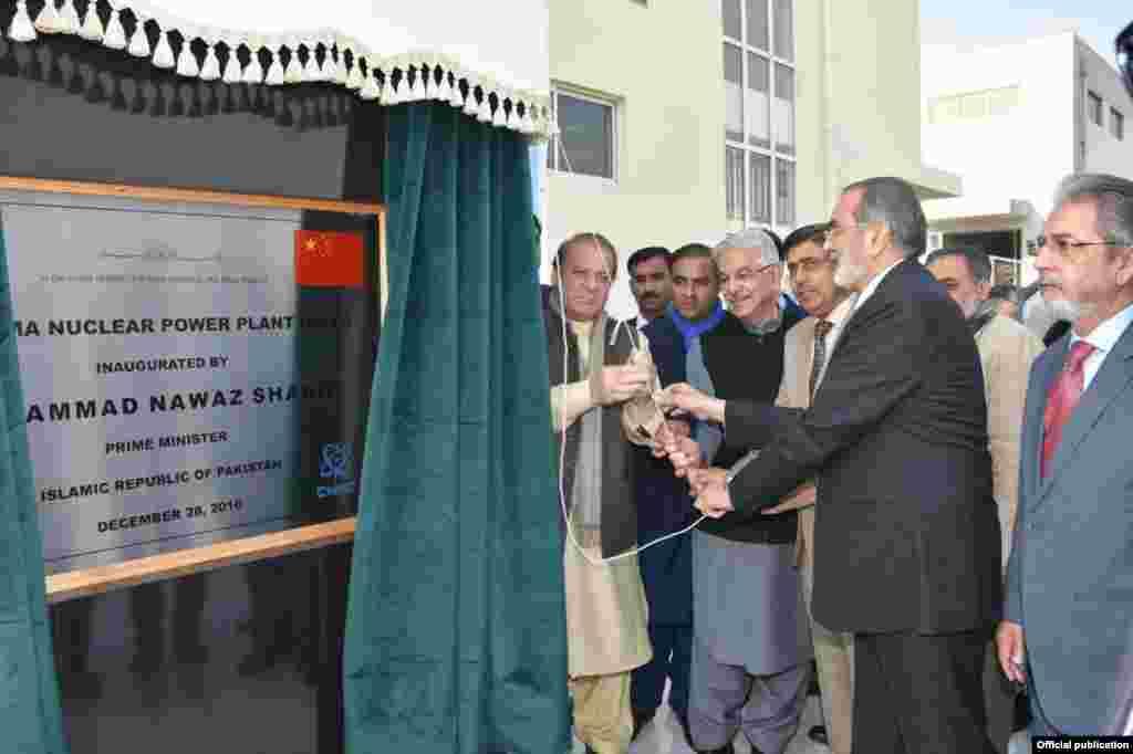 پاکستان کے وزیراعظم نوازشریف نے بدھ کو میانوالی کے قریب چشمہ تھری جوہری بجلی گھر کا افتتاح کیا۔