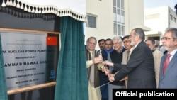 Perdana Menteri Nawaz Sharif meresmikan pembangkit nuklir yang dibangun dengan bantuan China di Chashma, provinsi Punjab, Pakistan (28/12).