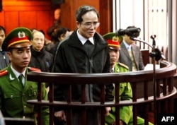 FILE - Catholic lawyer and blogger Le Quoc Quan, center, one of Vietnam's most prominent dissidents, speaks during his appeal trial at Hanoi People's Court of Appeals, Feb. 18, 2014.