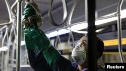 Nhân viên tẩy trùng một chiếc xe buýt ở tiểu bang Washington, nơi có đông bệnh nhân nhiễm COVID-19 ở Mỹ.