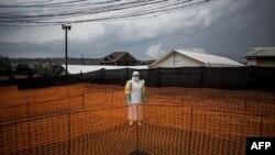 Un agent de santé attend le 7 novembre 2018 à Bunia, en République démocratique du Congo, pour s'occuper d'un nouveau patient non confirmé dans un centre de traitement Ebola soutenu par MSF (Médecins sans frontières).