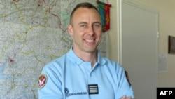 Trung tá Arnaud Beltrame trong một bức hình chụp vào năm 2013 ở Avranches. Anh qua đời vì những vết thương do trúng đạn sau khi tự nguyện thế chỗ một con tin nữ trong vụ cầm giữ con tin ổ Trèbes.