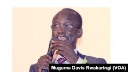 Telar Deng, an advisor to South Sudanese President Salva Kiir, speaks at an event on Saturday, March 23, 2013, to raise money to fix two bridges on the road linking Kajokeji County and Juba. (VOA/Mugume Davis Rwakaringi)