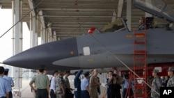美國參謀長聯席會議主席馬倫海軍上將早前在濟南軍區解放軍空軍基地參觀中國的蘇 -27戰鬥機。