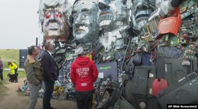 Statues of G-Seven chiefs made of electronic waste are the center of public attention
