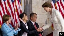 Аун Сан Су Чжи принимает поздравления от Лоры Буш