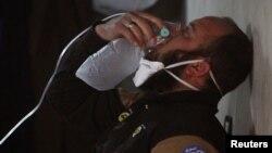 4일 시리아 반군이 점령하고 있는 이들리브 주 칸세이쿤 마을에 화학무기로 추정되는 공격이 있은 후 이 지역에 투입된 민방위 요원이 산소 마스크를 쓰고 있다.