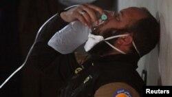 Un miembro de la defensa civil respira con una máscara de oxígeno luego del ataque en la localidad de Khan Sheikhoun, Idlib, en Sria, en el que se usaron armas químicas.