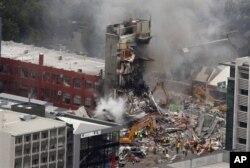 Des sapeurs-pompiers luttant contre incendie provoqué par le séisme
