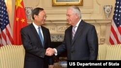Ngoại trưởng Hoa Kỳ Rex Tillerson tiếp Ủy viên Quốc vụ viện Trung Quốc Dương Khiết Trì ở Washington, D.C., 28/2/2017.