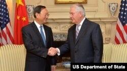 렉스 틸러슨 국무장관(오른쪽)과 양제츠 중국 외교담당 국무위원이 28일 국무부 청사에서 만나 악수하고 있다. (사진제공=미국 국무부)