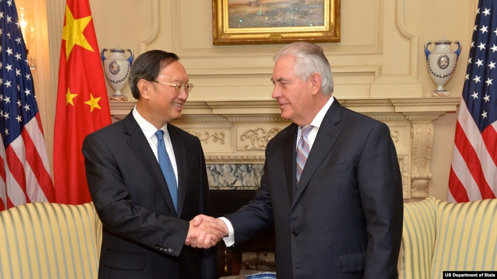 Ngoại trưởng Mỹ Rex Tillerson bắt tay Ủy viên Quốc vụ viện Trung Quốc Dương Khiết Trì tại Bộ Ngoại giao ở Washington, ngày 28 tháng 2, 2017.