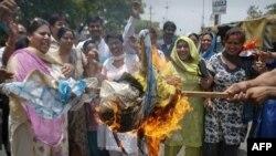 Các nhà hoạt động thuộc đảng đối lập BJP đốt hình nộm tiêu biểu cho người đứng đầu đảng Quốc đại trong một cuộc xuống đướng phản đối ở Noida, bang Uttar Pradesh